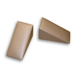 Duas cunhas em madeira, revestidas em pele, utilizadas em Osteopatia e no protocolo de Dejarnett. Fisioterapia. Terapia Manual.